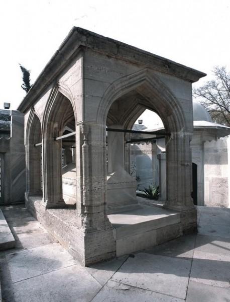 Süleymaniye Camii'nin Haliç tarafında bulunan Mimar Sinan'ın mezarı. Mezarlığın köşesinde vakfedilmiş bir de sebil bulunmaktadır.