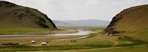 """İlk Oğuzeli Selçukluların içinden çıktığı Oğuzların ilk yurdu bugünkü Moğolistan bozkırlarıydı. Göktürk Yazıtları onların, Tula Irmağı boylarında Tatarlara komşu olarak yaşadığını bildiriyor. Devleti kuran kağanların mensup olduğu Türük (Türk) budunun yanı sıra Oğuzlar Göktürk İmparatorluğu'nun temel dayanağıydı. Öyle ki Bilge Kağan Oğuzları """"kendi budunu"""" saymaktaydı. Yaşadıkları ve kaybetmemek için yüzyıllar boyunca ölümüne savaştıkları bu topraklardan 8. yüzyılın ortalarında ayrıldılar. Fotoğraf: Ayntunç Akad"""